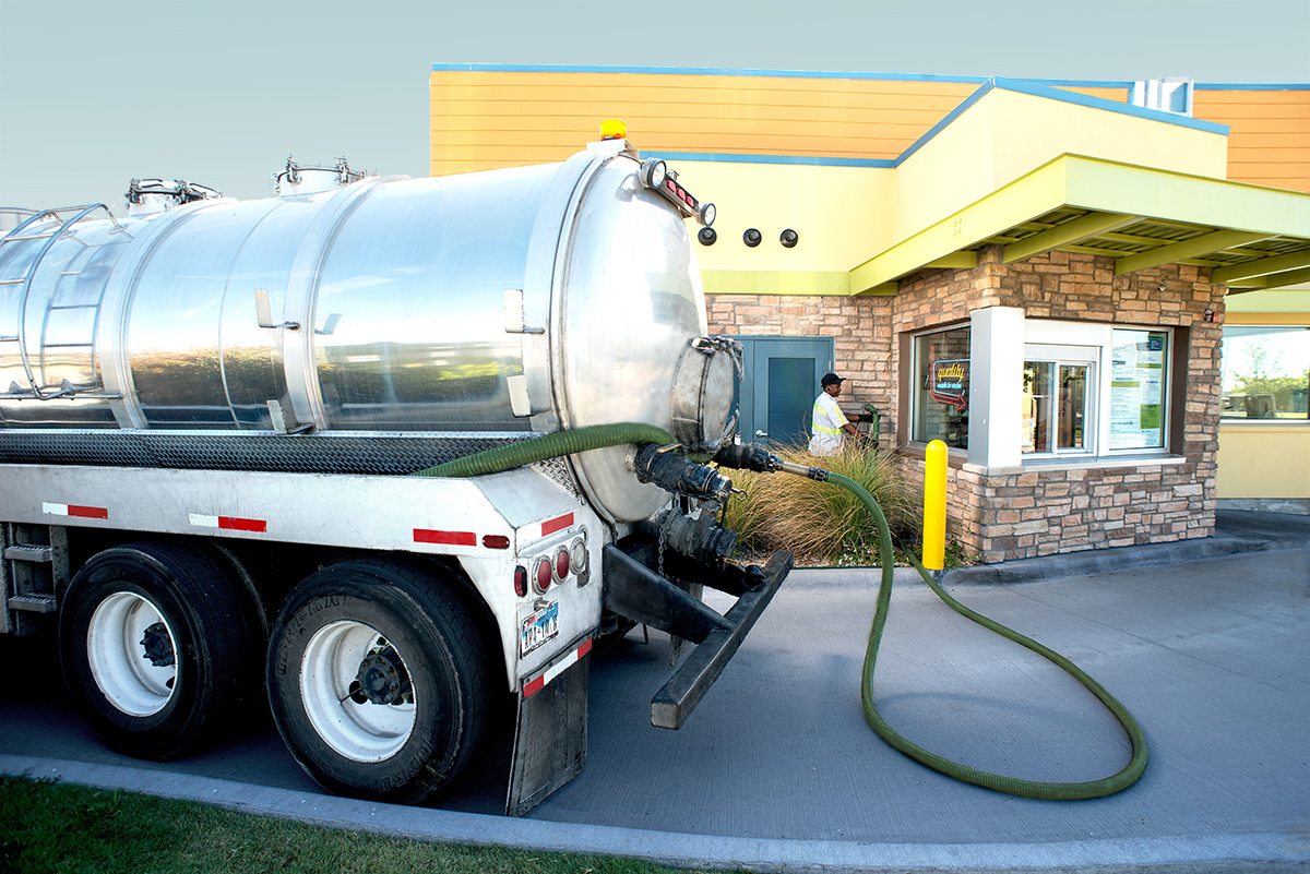 Grease camion pompant l'huile du restaurant